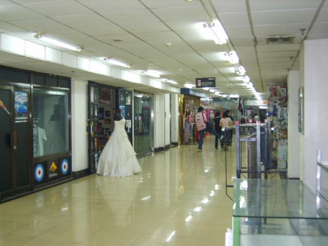 男装的精品服装店,面积25平米,精装修,带货转让.可直接营业.本